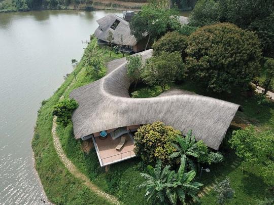 Ngôi nhà độc đáo bằng gạch đất, mái vọt ven sông dành tặng mẹ - Ảnh 1.