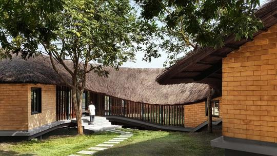 Ngôi nhà độc đáo bằng gạch đất, mái vọt ven sông dành tặng mẹ - Ảnh 10.