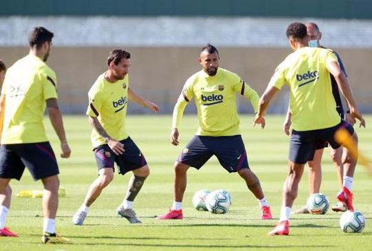 """Cầu thủ Barca """"dính"""" Covid-19 ngay trước """"đại chiến"""" Bayern Munich - Ảnh 1."""