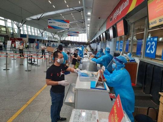 Từ tâm dịch Đà Nẵng, hơn 800 khách trở về nhà trên 4 chuyến bay Vietjet - Ảnh 1.