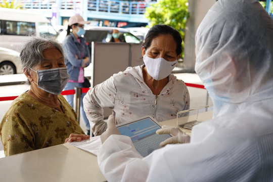 TP HCM khám chữa bệnh tại nhà cho người cao tuổi, mắc bệnh mạn tính - Ảnh 1.