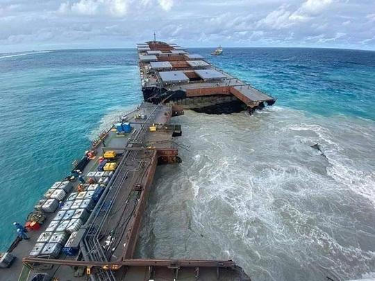 Tàu dầu mắc cạn bị xẻ làm đôi, thiên đường Mauritis than khóc - Ảnh 2.