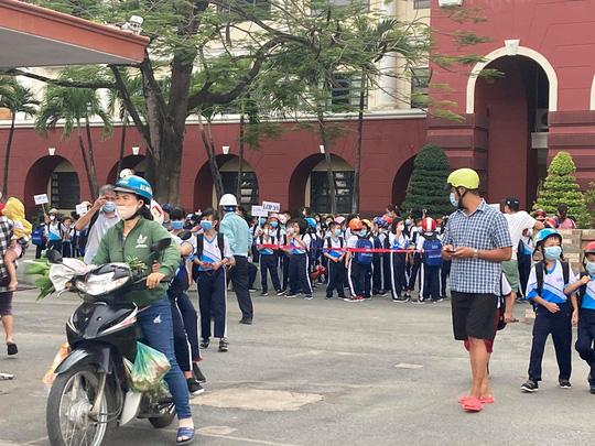 Bất chấp lệnh cấm, 1 trường ở Biên Hòa vẫn cho hơn 800 học sinh đi học - Ảnh 2.