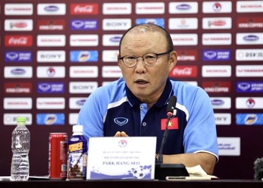 HLV Park Hang-seo thẳng thắn trả lời câu hỏi về việc giảm lương do Covid-19 - Ảnh 1.