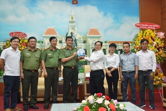 Báo Người Lao Động thăm, chúc mừng Công an TP HCM - Ảnh 1.