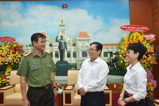Báo Người Lao Động thăm, chúc mừng Công an TP HCM - Ảnh 2.