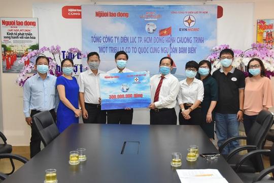 Tổng Công ty Điện lực TP HCM ủng hộ Chương trình Một triệu lá cờ Tổ quốc cùng ngư dân bám biển 300 triệu đồng - Ảnh 2.
