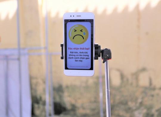 Cận cảnh Robot gọi điện thoại, mời từng người dân đến cây ATM nhận gạo - Ảnh 7.