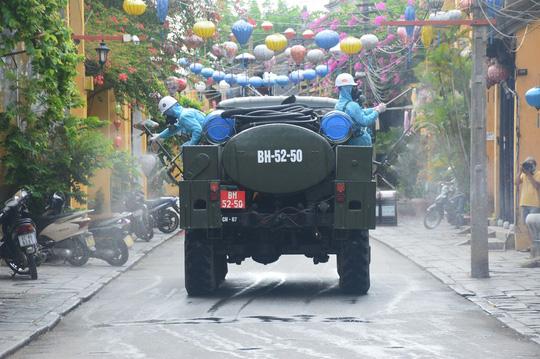Quân đội phun hóa chất khử khuẩn Hội An và 4 huyện thị ở Quảng Nam - Ảnh 5.