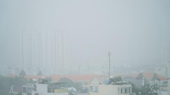 Mưa trắng trời, rát mặt ở TP HCM - Ảnh 4.
