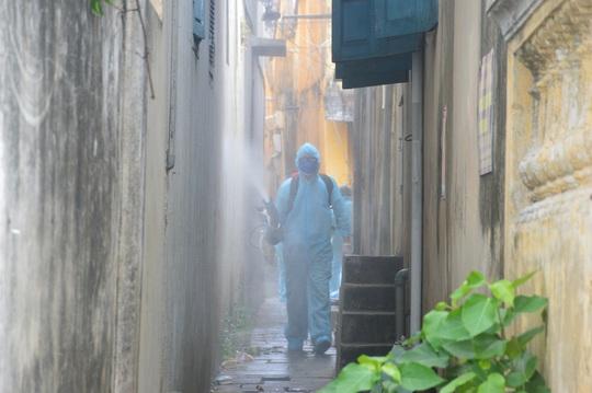 Quân đội phun hóa chất khử khuẩn Hội An và 4 huyện thị ở Quảng Nam - Ảnh 6.