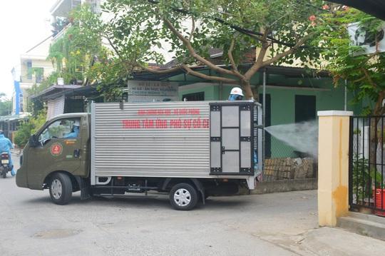 Quân đội phun hóa chất khử khuẩn Hội An và 4 huyện thị ở Quảng Nam - Ảnh 2.