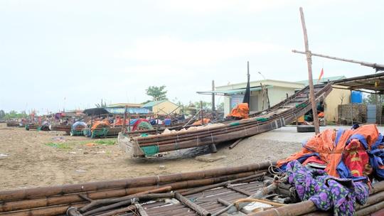 Ngư dân Thanh Hóa hối hả đưa tàu, bè vào bờ trước giờ bão số 2 đổ bộ - Ảnh 9.