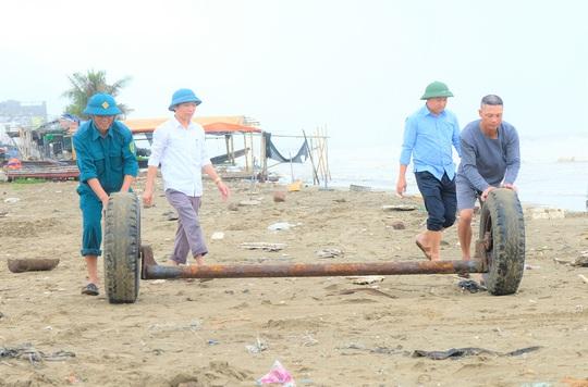 Ngư dân Thanh Hóa hối hả đưa tàu, bè vào bờ trước giờ bão số 2 đổ bộ - Ảnh 7.