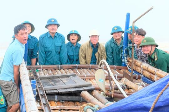 Ngư dân Thanh Hóa hối hả đưa tàu, bè vào bờ trước giờ bão số 2 đổ bộ - Ảnh 6.