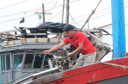 Ngư dân Thanh Hóa hối hả đưa tàu, bè vào bờ trước giờ bão số 2 đổ bộ - Ảnh 4.