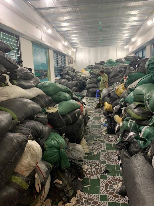 Phát hiện 9,5 tấn găng tay cao su đã qua sử dụng, đang chờ tái chế ở Hà Nội - Ảnh 2.