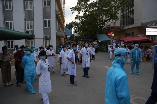 Dỡ phong toả Bệnh viện E sau khi rút bệnh nhân 994 khỏi danh sách ca mắc Covid-19 - Ảnh 3.