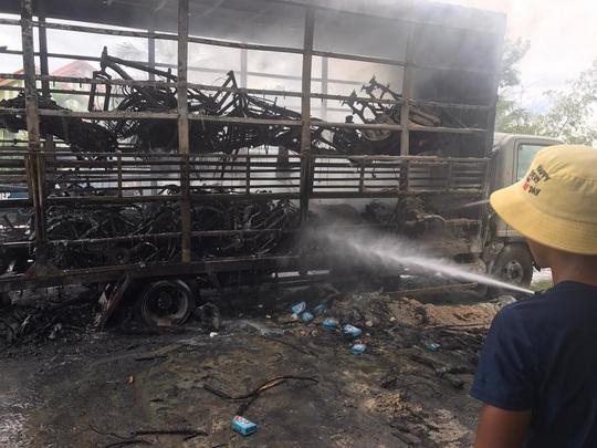 Quảng Bình: Xe tải bốc cháy, hàng chục chiếc xe đạp trên thùng bị thiêu rụi - Ảnh 2.