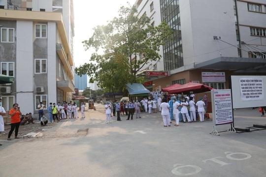 Dỡ phong toả Bệnh viện E sau khi rút bệnh nhân 994 khỏi danh sách ca mắc Covid-19 - Ảnh 5.