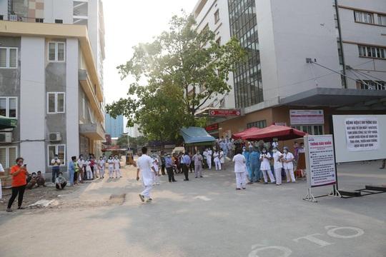 Dỡ phong toả Bệnh viện E sau khi rút bệnh nhân 994 khỏi danh sách ca mắc Covid-19 - Ảnh 14.