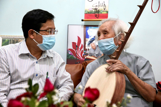 Mai Vàng nhân ái thăm nhạc sư Nguyễn Vĩnh Bảo, nghe Dạ cổ hoài lang - Ảnh 3.