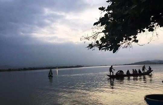 Quảng Bình: 5 học sinh ra sông Gianh tắm, 1 em bị đuối nước thương tâm - Ảnh 1.