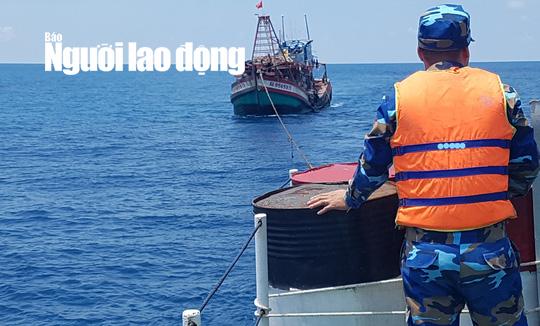 Hải quân cứu tàu cá Kiên Giang và 19 thuyền viên gặp nạn trên biển - Ảnh 1.