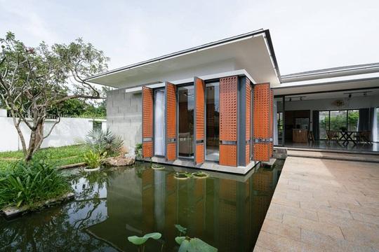 Biệt thự 1 tầng có hồ bơi xanh mát - Ảnh 2.