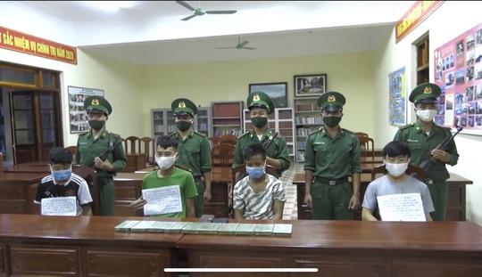 Bắt 4 kẻ ôm 10 bánh heroin vào Việt Nam trong mưa lớn, sương mù - Ảnh 1.