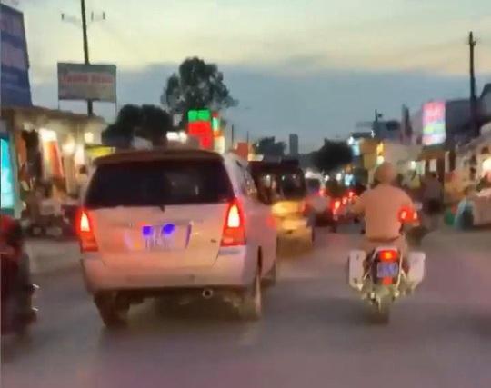 [Clip]: Công an Đồng Nai rượt đuổi kẻ ngáo đá trộm xe ô tô, tông xe cảnh sát - Ảnh 4.