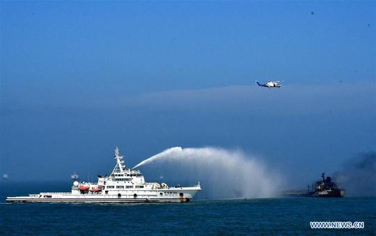 Trung Quốc: Tàu dầu đụng tàu hàng ở cửa sông Dương Tử, 8 người chết - Ảnh 1.