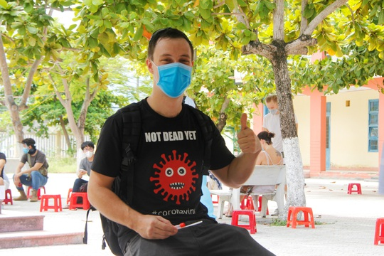 Được lấy mẫu xét nghiệm Covid-19, người nước ngoài sống tại Đà Nẵng nói gì? - Ảnh 4.