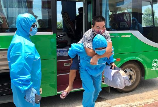 Gần 350 công dân Quảng Ngãi về từ vùng dịch được xét nghiệm Covid-19 - Ảnh 1.