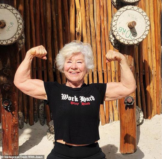 Choáng với bà ngoại cơ bắp - người mẫu thể hình tuổi 74 - Ảnh 1.