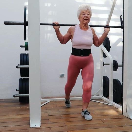 Choáng với bà ngoại cơ bắp - người mẫu thể hình tuổi 74 - Ảnh 2.