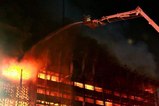 Mỹ: Tai nạn kép trên cháy, dưới nổ nhấn chìm tàu nạo vét - Ảnh 3.