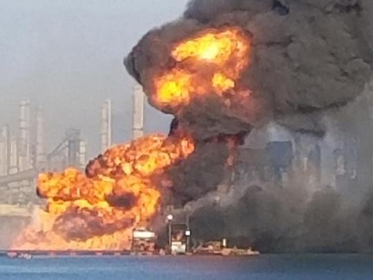 Mỹ: Tai nạn kép trên cháy, dưới nổ nhấn chìm tàu nạo vét - Ảnh 2.
