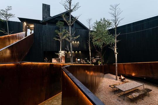 Nhà hàng độc đáo với cây cầu dài, 4 bức tường đen ở Đà Lạt - Ảnh 1.