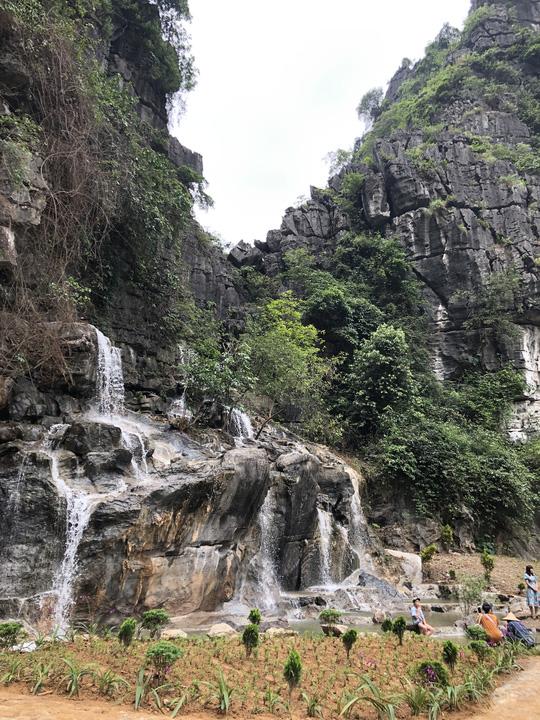 Vườn xương rồng, thác nước tuyệt đẹp dưới chân Hang Múa hút giới trẻ - Ảnh 2.