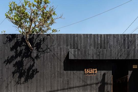 Nhà hàng độc đáo với cây cầu dài, 4 bức tường đen ở Đà Lạt - Ảnh 3.