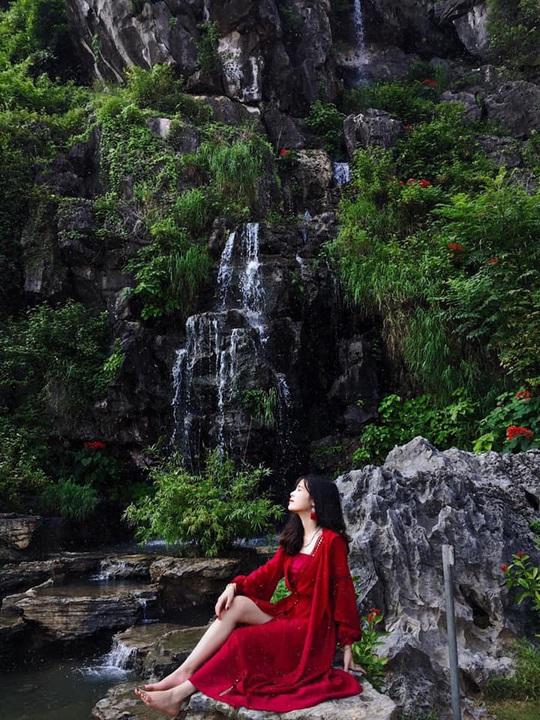Vườn xương rồng, thác nước tuyệt đẹp dưới chân Hang Múa hút giới trẻ - Ảnh 3.