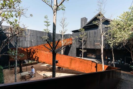 Nhà hàng độc đáo với cây cầu dài, 4 bức tường đen ở Đà Lạt - Ảnh 5.
