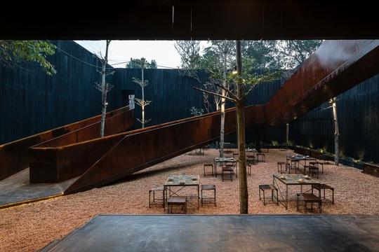 Nhà hàng độc đáo với cây cầu dài, 4 bức tường đen ở Đà Lạt - Ảnh 6.