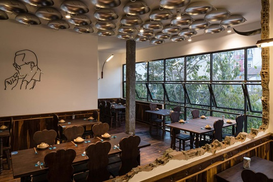 Nhà hàng độc đáo với cây cầu dài, 4 bức tường đen ở Đà Lạt - Ảnh 7.