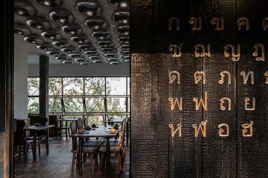 Nhà hàng độc đáo với cây cầu dài, 4 bức tường đen ở Đà Lạt - Ảnh 8.