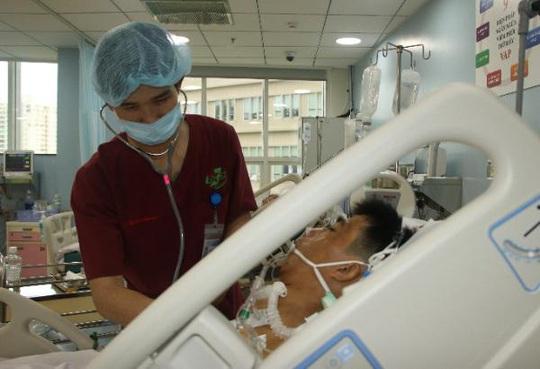 Xuyên đêm cứu người đàn ông bị tai nạn vỡ tim - Ảnh 1.