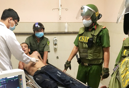 Cảnh sát 113 khống chế kẻ ngáo đá cầm dao dọa tấn công nhiều người - Ảnh 1.