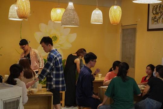 Tiệm buffet chay trả tiền tùy tâm ở TP HCM - Ảnh 2.