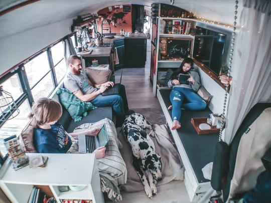 Cuộc sống thú vị của gia đình biến xe buýt thành nhà để đi du lịch - Ảnh 6.